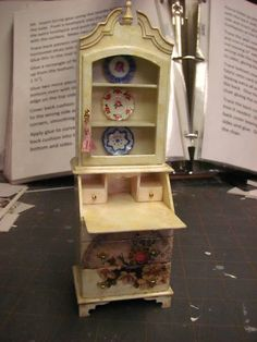 Dollhouse Miniature Furniture - Tutorials - How to make a 1 inch scale ladies secretary from mat board. Really good description with lots of pictures! Possible to use wood instead of mat board. Miniature Dollhouse Furniture, Miniature Crafts, Miniature Houses, Miniature Dolls, Homemade Dollhouse, Diy Dollhouse, Dollhouse Miniatures, Trumeau, Dollhouse Tutorials