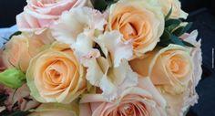 A peachy bouquet from Sue Arran Flowers www.designerflora.co.uk #weddingflowers #artisanflorists #flowers #roses