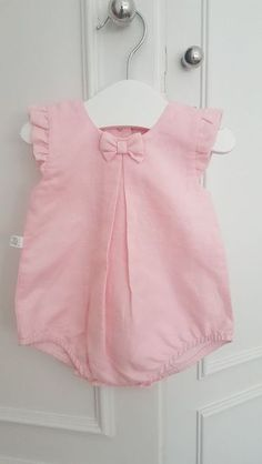 Beautiful pink overalls for baby girl. Baby Girl Dress Patterns, Baby Dress Design, Baby Clothes Patterns, Cute Baby Clothes, Baby Girl Dresses, Baby Girls, Mom Clothes, Girl Toddler, Children Clothes