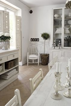 Vintage Dining room with a beatiful floor Shabby Chic Theme, Shabby Chic Kitchen, Vintage Shabby Chic, Shabby Chic Style, Vintage Decor, Shabby Cottage, White Cottage, White Rooms, Deco Table