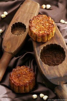 Korean Moon Cakes Recipe. Traditional dish popular during Chuseok The MID-AUTUMN FESTIVAL. . If you are thinking of visiting Korea you are likely to find it on a FOOD TOUR fro Viator. Find out more at: http://www.allaboutcuisines.com/food-tours/south-korea/in/south-korea #Korean Recipes #Travel Korea # Chuseok #Korean Mooncakes