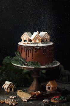 Christmas Cake with Chocolate & White Sweet Potato frosting Christmas Wedding Cakes, Christmas Tree Cake, Christmas Cake Decorations, Holiday Cakes, Christmas Gingerbread, Christmas Desserts, Christmas Baking, Christmas Recipes, Holiday Recipes