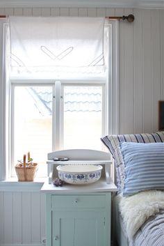 Livs Lyst: farger nå og da, og i fremtiden Swedish Cottage, White Cottage, Hamptons Living Room, Fireplace Remodel, Victorian Decor, Scandinavian Living, Home Comforts, Blue Bedroom, Hygge