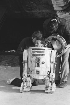 Kenny Baker on location in Tunisia , for the filming of Star Wars 1977 Birmingham, Starwars, Kenny Baker, Film Pictures, Star Wars Droids, Episode Iv, The Phantom Menace, Original Trilogy, Star Wars