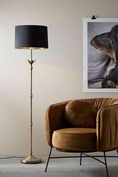 Golvlampa med fot av metall i borstad antikmässingsfinish med dekorativ blomma upptill samt svart lampskärm i bomull med guldfärgad, blank insida. Totalhöjd 160 cm. Skärm: höjd 26 cm, Ø nedtill 40 cm, Ø upptill 38 cm. Fot: Ø 25 cm. Svart plastsladd med fotströmbrytare och väggkontakt, sladdlängd 2,5 m. Stor sockel E27. Max 40W. Ljuskälla ingår ej. Wolf Tattoo Design, Leaf Drawing, Home Alone, Wallpaper Roll, Duvet Sets, Open Floor, Bomull, How To Draw Hands, House Design
