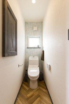 ヘリンボーンのクッションフロアがおしゃれ|施工事例#BinO #bino #wave #中塚組 #トイレ #トイレ収納 #ニッチ #クロス #アクセントクロス #CF #クッションフロア #ヘリンボーン #トイレ床 #ペーパーホルダー #タオルリング Toilet Design, Home Reno, House Rooms, Powder Room, Interior And Exterior, My House, Bathroom, Washroom, Powder Rooms