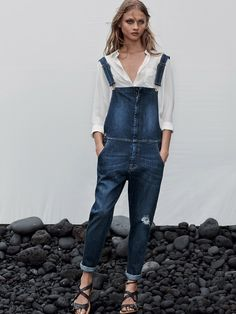 Mango enlists the stunning top model Anna Selezneva to pose for denim and the island stories coming from the pages of their Spring 2014 catalogue. Denim Dungarees, Denim Blouse, Jean Overalls, Denim Jumpsuit, Anna Selezneva, Salopette Jeans, Estilo Denim, Tomboy Chic, Jeans Boyfriend