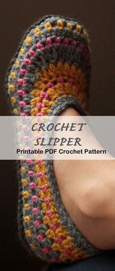 Make a cozy pair of slippers - Crochet slipper pattern - A Crafty Life - house slippers Easy Crochet Slippers, Crochet Socks, Crochet Clothes, Crochet Stitches, Knit Slippers Pattern, Felted Slippers, Crochet Simple, Crochet Diy, Crochet Gifts
