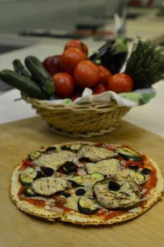 Pizza in padella con verdure grigliate, olive e wurstel