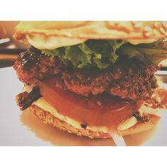 Yeah StiftungBurgertest!  Der normale Hamburger von Louis & Jules ist angenehm groß (aber nicht unessbar riesig) mit wenig Sauce so dass man von den wichtigen Zutaten alles schmeckt. Das heißt Tomate frische Gurke frische Zwiebeln und Salat. Das Fleisch war sehr Medium und reichlich (200g) aber für meinen Geschmack nen Tick zu schwach gewürzt. Der Laden ist hübsch und man wird am tisch bedient der Burger kostet ohne alles 9. Pommes sind super und werden mit normalem Salz gewürzt schmecken…