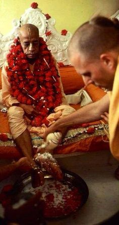 Su Santidad Jayapataka Swami adorando a Abhay Charanaravinda Bhaktivendanta Swami Prabhupada Fundador-Acarya de ISKCON.