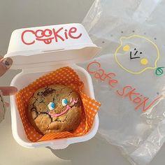 맛없을 줄 알았는데 맛있던 귀요미 ◡̈ . . #카페스콘 #연남동맛집 #cafeskon Cute Snacks, Cute Desserts, Dessert Recipes, Aesthetic Coffee, Aesthetic Food, Pretty Cakes, Cute Cakes, Donuts, Cute Baking