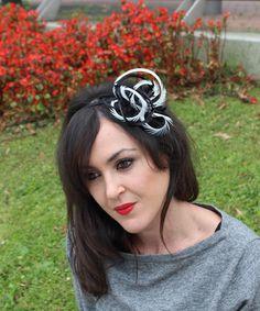 Diadema forrada en raso negro y adornado con plumas en crudo y negras Colocación mediante diadema. Opción de mas colores. #Spiral #Moda #Complementos #Accesorios #Bodas #Tendencias #Eventos #Fiestas pedidos@lolacoqueta.es #lolacoqueta www.lolacoqueta.es