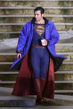 "grasonas: ""Tyler Hoechlin on set of Supergirl in Vancouver, April 26 @ Nigel Horsley "" Superman Actors, Supergirl Superman, Superman Lois, Supergirl And Flash, Tyler Hoechlin, Sterek, Tyler Posey Teen Wolf, Teen Wolf Funny, Superhero Cosplay"