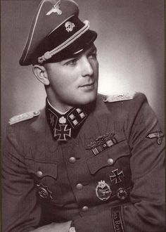 ✠ Ernst August Krag February 1915 – 24 May Military Officer, Military Men, Military History, Military Uniforms, German Soldiers Ww2, German Army, Ernst August, Germany Ww2, Flying Ace