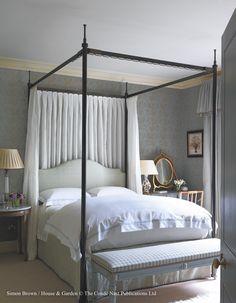 Лондонские апартаменты • Сибил Коулфакс и Джон Фаулер Girls Bedroom, Bedroom Decor, Master Bedroom, Serene Bedroom, Guest Bedrooms, Bed Centre, Country Bedding, London Apartment, Traditional Bedroom