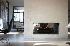 We should have had such a fireplace in Toulouse … Australian Interior Design, Interior Design Awards, Australian Homes, Australian Beach, Double Sided Fireplace, Open Fireplace, Fireplace Design, Standing Fireplace, Stucco Fireplace