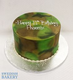 Single tier, colored buttercream adult celebration cake with airbrushed camouflage design. Decoration Upcharge: Colored Buttercream + No Decoration Upcharge Approximate Servings: 20 Size Shown: Round Please call for further pricing information Camo Birthday Cakes, Camo Cakes, Cake Decorating Airbrush, Airbrush Cake, Camouflage Cake, Military Cake, Unique Cakes, Cakes For Boys, Cupcake Cakes