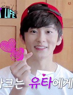 M: Jagi gracias por elegirme TE AMO -hace un corazón con los dedos-