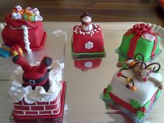 Decorating tips Mini Christmas Cakes! on Cake Central Mini Christmas Cakes, Christmas Cake Designs, Christmas Cake Topper, Christmas Cake Decorations, Christmas Sweets, Christmas Minis, Holiday Cakes, Christmas Cooking, Christmas Goodies