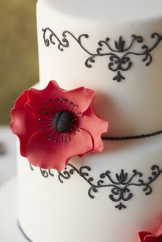 #CakeDecorating Poppy #Cake Make bold and beautiful decorations using your #PoppyPetalCutterSet #Issue50