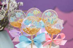 Festa I Belive in Mermaids Isomalt, Belive In, Lollipop Recipe, Transparent Balloons, Blue Drinks, Baby Girl Cakes, Birthday Table, Balloon Arch, Mermaid Birthday