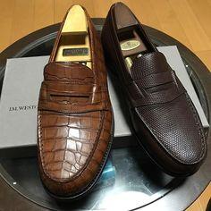 JMWESTON180 Gold Alligator and Brown Lizard Preparation for hibernation 今年もお世話になったローファー達ですが、暫しの冬眠期間に入るためレプタイルクリーム塗ってメンテナンスしました。 アリゲーターはシャンゼリゼ店で、リザードはサントノーレ店で買い求めました。旅先で靴を買うことが想い出になっています。どちらも経年変化で、だいぶ貫禄がついて来ました。末長く愛用したい靴です。 #酒飲みクラ部 #靴磨き #menstyle #shoes #shoestagram #shoesoftheday #jmweston #jmウェストン #signatureloafer #reptile #goldalligator #brownlizard #instastyle #instadaily #instashoes #mensfashion #mensshoes #足元倶楽部 #足元くら部 #me12_jmw #dapper