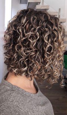 New hair cuts corto ondulado Ideas Curly Hair Tips, Curly Hair Styles, Short Permed Hair, Curly Perm, Highlights Curly Hair, Colored Curly Hair, Bob Hairstyles, Quince Hairstyles, Medium Permed Hairstyles