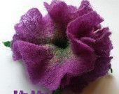 VIOLET петунии пищни ръчно изработени цвете брошка ПИН & щипка за косата на ръка филц фина мериносова вълна, уникални накити, зелени листа, handdyed, OOAK