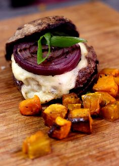 Receita Low Carb: Hambúrguer Bovino com Pão falso de Cogumelo e Croutons de Abóbora Por Larissa Januário - SemMedida.com
