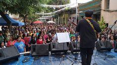 Los vecinos y amigos del Barrio Yungay cantando y bailando con @joevasconcellos