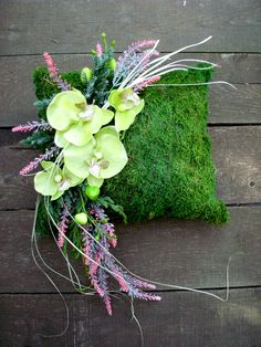Moss cushion with decoration Moss cushion with decoration Black Flowers, Fall Flowers, Pink Flowers, Paper Flowers, Funeral Flower Arrangements, Funeral Flowers, Moss Centerpieces, Summer Decoration, Cemetery Decorations