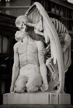 """""""El beso de la muerte"""". Esta escultura está en un cementerio de Barcelona"""