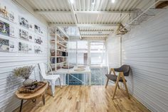 Images by Nguyen Thai Thach. Its narrow facade. Arch Interior, Interior And Exterior, Interior Design, Micro House, Tiny House, Metal Ceiling, House Roof, Surface Area, Loft