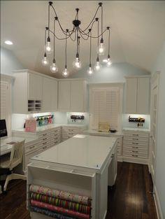 Atelier espaçoso com bancada e tudo. Achamos lindo, os móveis todos funcionais e feitos sob medida para quem trabalha em casa. O detalhe do lustre é LINDO!!!