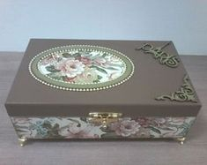 Decoupage Vintage, Decoupage Box, Wood Crafts, Diy And Crafts, Shabby Chic Boxes, Altered Cigar Boxes, Pretty Box, Jewellery Boxes, Jewelry Box