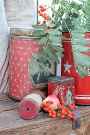 paper and snow sparkle up tall cans and small ones sprinkled throughout displays Cozy Christmas, Primitive Christmas, Scandinavian Christmas, Vintage Christmas, Christmas Vignette, Vintage Tins, Vintage Decor, Vibeke Design, Fall Vignettes