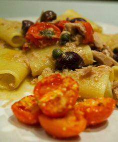 Oggi vi propongo un primo piatto fresco dai sapori mediterranei. Nel mio frigorifero non possono mai mancare le olive nere, i capperi ed i pomodorini, ingredienti che accompagnano il tonno