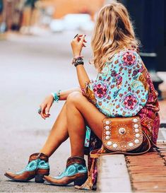 🦋Boho Fanatic Look of the Day🦋 🦋🌸🌼🌸🌼🌸🌼🌸🌼🌸🌼🌸🌼🌸🌼🌸🌼🌸🦋 Gorgeous Boho babe in little wing kimono Free People, stunning boots… Hippie Style Clothing, Gypsy Style, Bohemian Style, Boho Clothing, Look Hippie Chic, Estilo Hippie Chic, Style Bobo Chic, Boho Outfits, Fashion Outfits