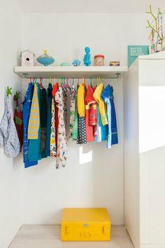 Improvisar una zona para la ropa con un estante y un colgador de utensilios de cocina
