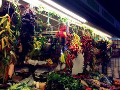¡Qué bonita! Hay muchos colores de las pimientas. No es una tienda de las verduras, pero es un jardín.