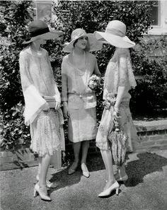 beautiful fashion models, 1926 - photo by Edward Steichen for Vogue.Three beautiful fashion models, 1926 - photo by Edward Steichen for Vogue. Retro Mode, Vintage Mode, Moda Vintage, Vintage Ladies, Vintage Prom, Vintage Style, Foto Fashion, Fashion History, Art Deco Fashion