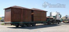Transporte de chiringuito modular desmontable de madera.  Construcción de 20 m2 con cubierta a 4 aguas by navarrolivier.com