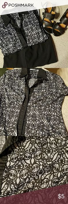 New York & Company stretch blouse New York & Company stretch blouse worn but still has a lot to offer  great pattern New York & Company Tops Blouses