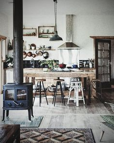 Homey cozy... who wouldn't love waking up to this kitchen! . . . .  Credit : thedesignfiles.net #interiordesign #pantry #art #vintagecarpet #drawingdetail #dreamkitchen #interiors #carpet #rusticwood  #decoration #interiordecor #interiorstyling #fireplace #architecture #rusticwood #instadecor #blackfriday #vintage #vintagekitchen #interiordesigner #vintageplates #construction #instagallery #homey #homedecoration #homestyle #coffee #rustic #tea
