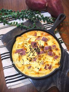 混ぜて焼くだけ簡単!「スキレットでスイートポテトフラン」  by SHIMA / お洒落で可愛いのはもちろん!機能性にも優れた魔法のフライパン「スキレット」のレシピです今回はお家でそろう材料とサツマイモだけあればできる簡単なスイーツサツマイモのフランですイメージは焼きプリンのような感じです熱々のうちに好きレットのままテーブルへ焼いたカスタードとサツマイモがとっても合いますもちろん冷やして食べても美味しいですよ!熱々で食べれるので勉強、仕事の一息にも♪ / ナディア