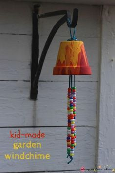 Wind Chimes Kid Craft Idea: Homemade Garden Wind Chime, a sweet gift and a great way to decorate your garden with some kid-made art!Kid Craft Idea: Homemade Garden Wind Chime, a sweet gift and a great way to decorate your garden with some kid-made art! Vbs Crafts, Camping Crafts, Crafts To Do, Preschool Crafts, Crafts For Kids, Arts And Crafts, Kid Craft Gifts, Kids Outdoor Crafts, Kids Garden Crafts