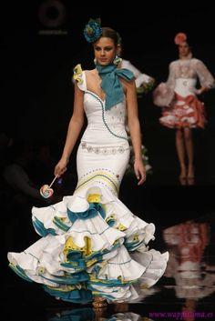 Bonita combinacion de colores, genial para ferias de agosto, como la de malaga. Quitaria los adornos del cuerpo, solo dejaria el de las rodillas. Muy bonito el movimiento de volantes                                                                                                                                                                                 Más Flamenco Costume, Flamenco Dancers, Flamenco Dresses, Dance Fashion, Fashion Line, Fashion Show, Flamenco Wedding, Flamingo Dress, American Ballet Theatre