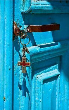 Cross, key and door Santorini House, Window Handles, Mediterranean Design, Knobs And Knockers, Holiday Places, Garden Doors, Unique Doors, Door Furniture, Love Blue