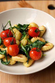 Gnocchi sautés à l'ail des ours et tomates rôties